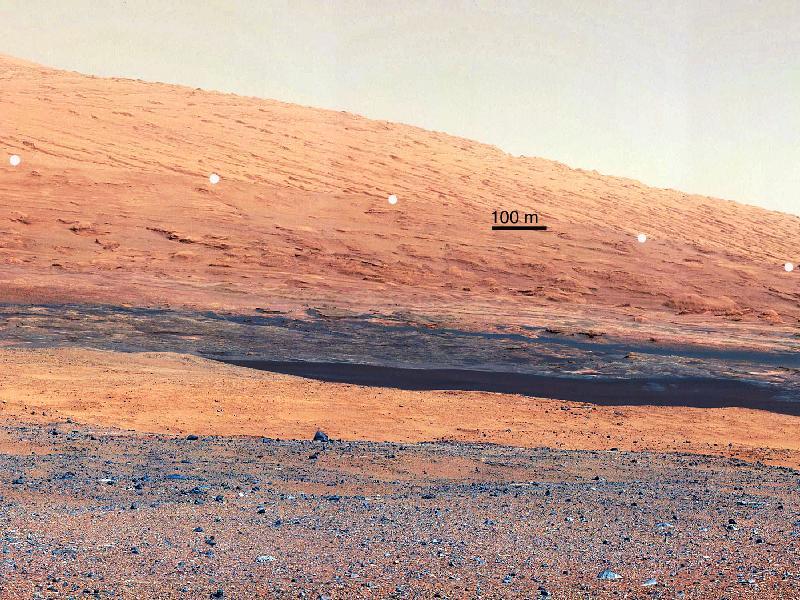 Hier zie je een deel van Mount Sharp, een vreemde berg middenin de krater. Het gedeelte onder de witte punten moet mineralen bevatten.