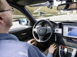 De zelfrijdende auto maakt de laatste tijd een wonderbaarlijke transformatie door: van een gedurfd maar nauwelijks praktisch uitvoerbaar idee waarmee de nerds van Google zich bezighouden tot een concrete visie op de vooruitgang in de nabije toekomst. Niet alleen Google maar ook de auto-industrie werken nu onder hoge spanning om hun voertuigen op het automatische spoor te krijgen.