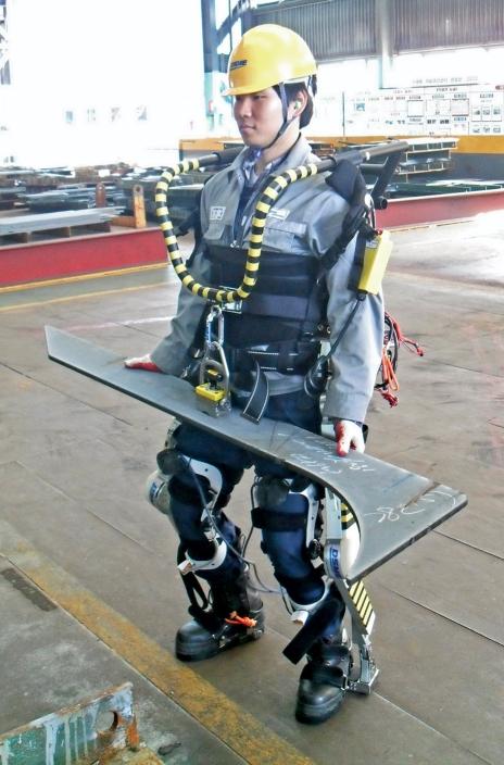 Arbeiders in de scheepsbouw kunnen binnenkort met gemak metalen onderdelen van 100 kg tillen dankzij een exoskeleton.