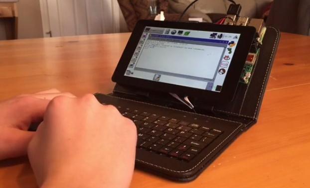 De Dragonfruit: een kleine portable computer op basis van een Raspberry Pi 2 en het Pi-touchscreen.