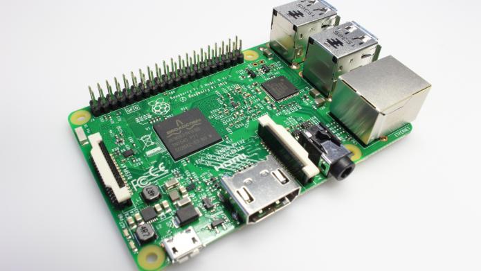 De Raspberry Pi 3 lijkt op zijn voorganger, op een paar details na. De status-leds zijn verplaatst om ruimte te maken voor het antenneblokje van de wifi.