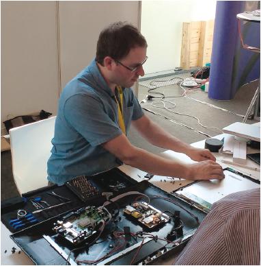 iFixit-oprichter Kyle Wiens showt zijn reparatieskills op de Electronics Goes Green 2016